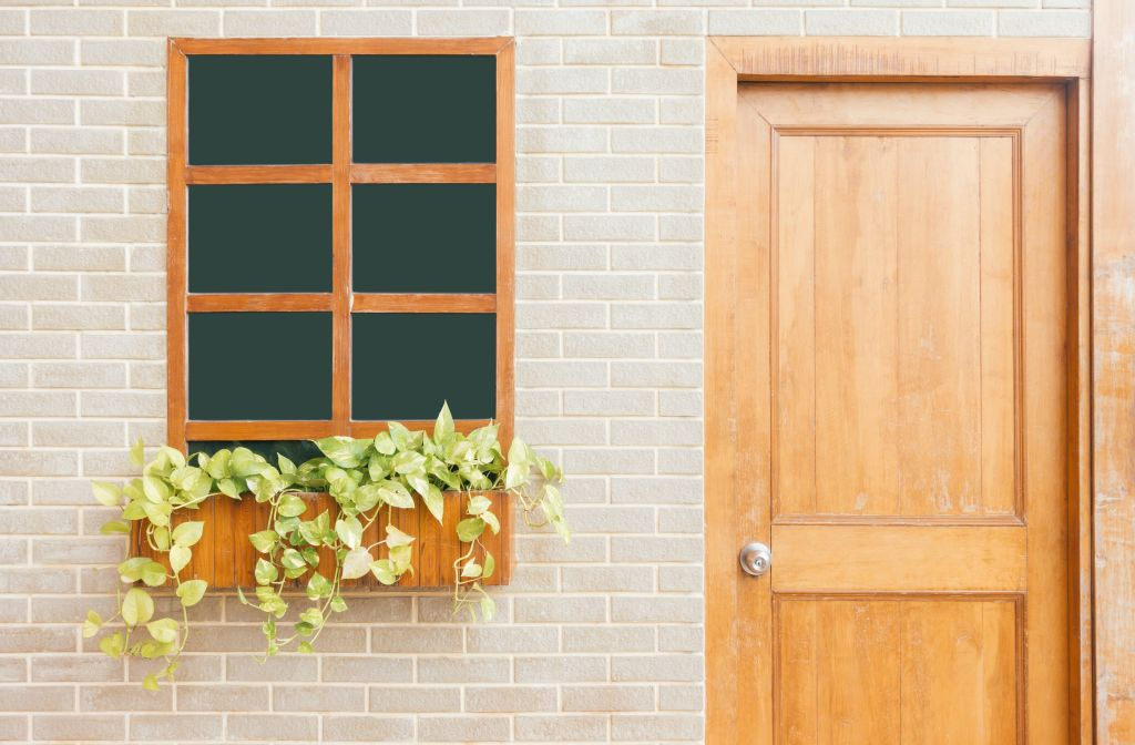 porte d'entrée en bois marron